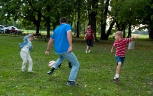 miłośnicy sportu odegrali mecz piłki nożnej