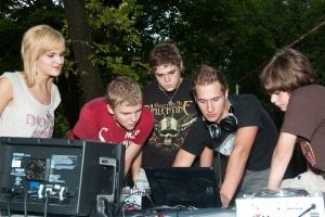 DJ Mateusz w akcji - drugi od prawej