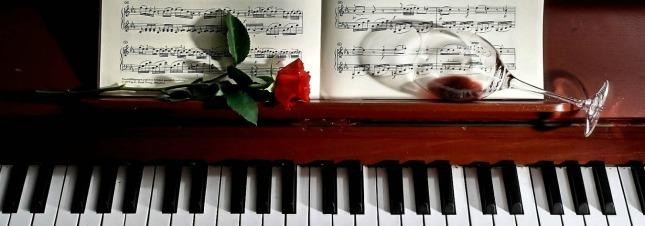 kieliszek-roza-nuty-fortepian